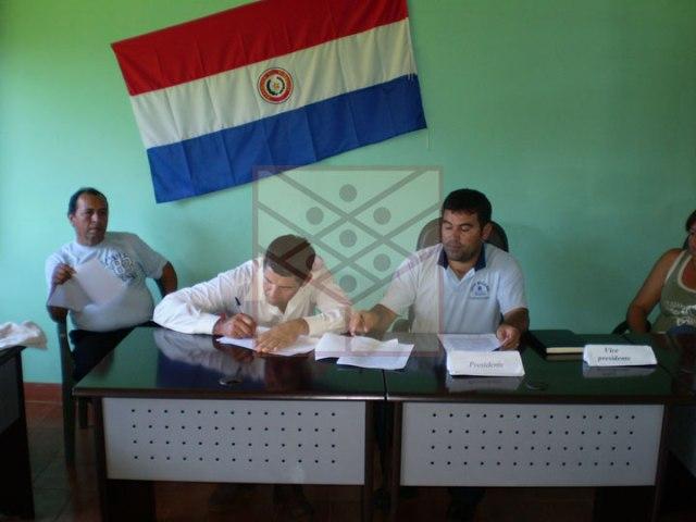 Oscar Brizuela (der.) y Pablo Tilleria firmando el convenio en sesión de la junta