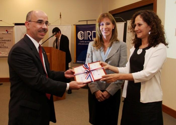 El juez Pedro Mayor Martínez recibe el premio de parte de Marta Ferrara y María Jesús Bogado