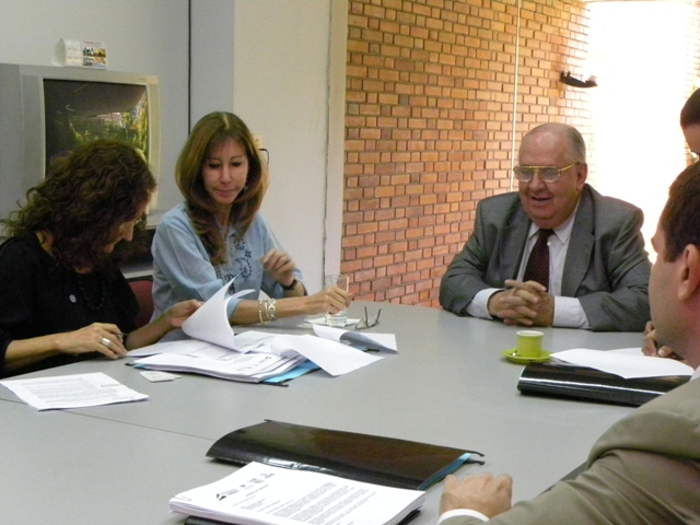 Instantánea en la que Marta Ferrara y María Jesús Bogado, Directora y Directora Adjunta de Semillas respectivamente, firman el acuerdo