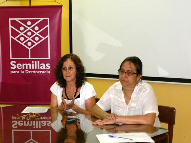 Marta Ferrara, Directora de SEMILLAS, y Susana Aldana, de Decidamos, durante la conferencia de prensa.