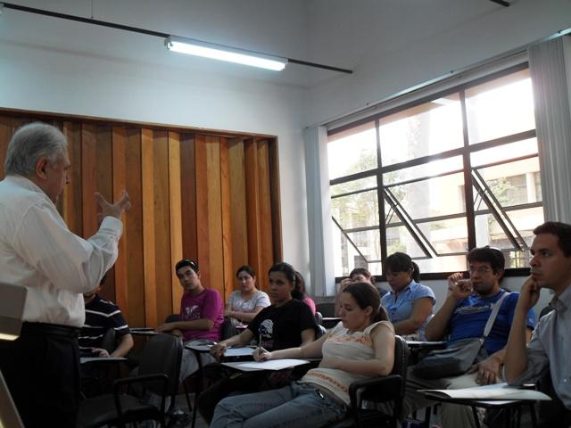 El politólogo José Nicolás Morínigo explica ante la atenta mirada de los jóvenes el rol clave que desempeño la juventud en épocade la dictadura