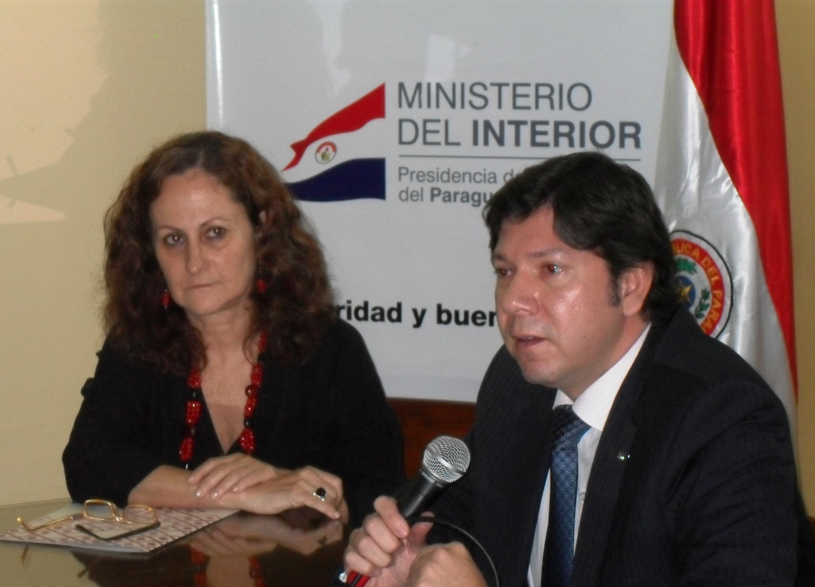 Diego Gamarra, Viceministro de Asuntos Políticos del Ministerio del Interior y Marta Ferrara, Directora Ejecutiva de Semillas suscribieron el acuerdo